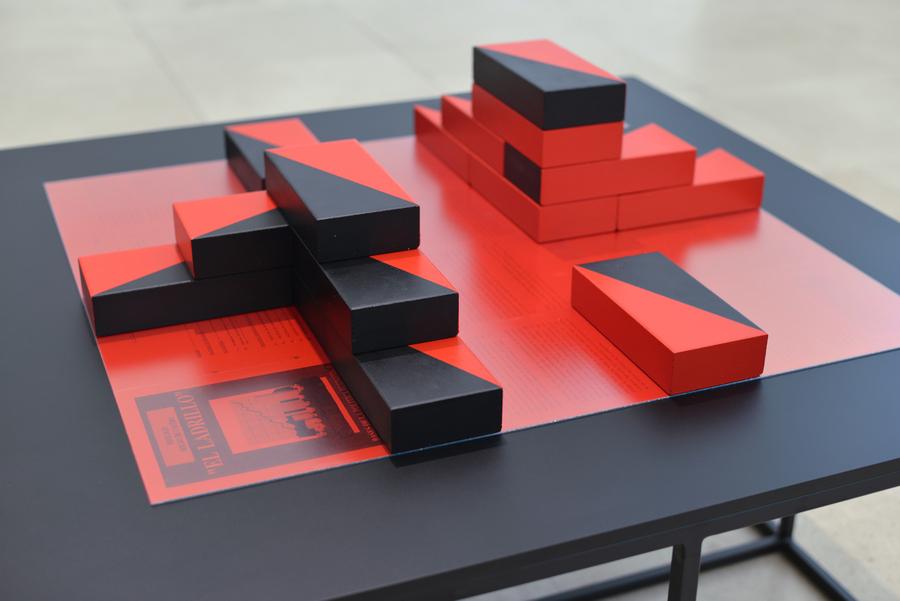 Patrick Hamilton, El Ladrillo, 2019. Instalación con archivos que documentan la implementación del modelo neoliberal en Chile. Fotocopias, fotografía tipo C, metacrilato, ladrillos refractarios, pintura acrílica, tableros de MDF y base de metal, 82 x 120 x 120 cm.