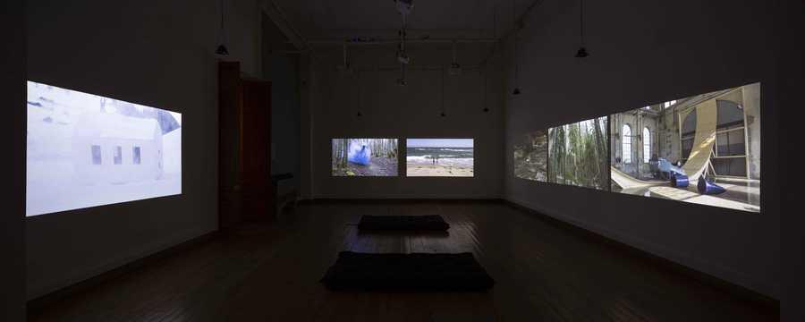 """Sala con obras de Roman Signer. Exposición """"Los límites de la Tierra"""", en MAC Parque Forestal, Bienal de Artes Mediales de Santiago, 2019-2020. Foto: Benjamín Matte."""