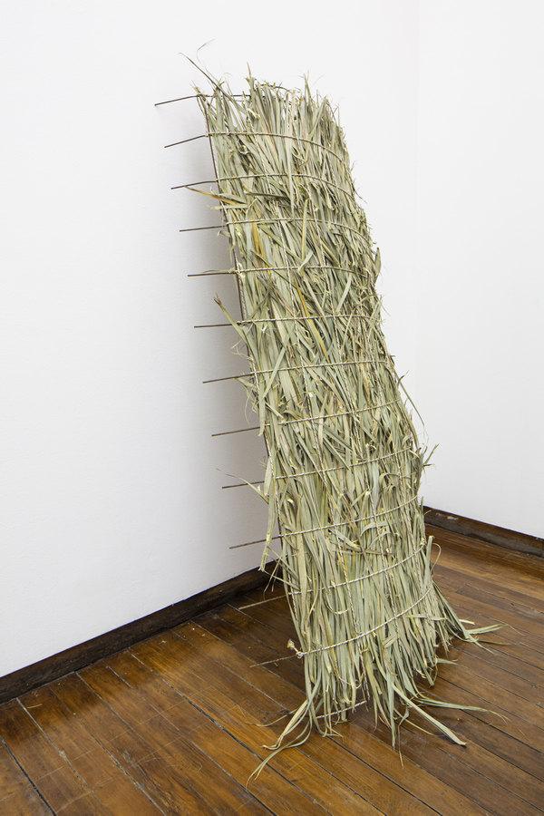 """Vista de la exposición """"Tautología Sin Título"""", de Abraham Cruzvillegas, en Galería Macchina de la Escuela de Arte UC, Santiago de Chile, 2019. Foto: Benjamín Matte"""