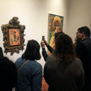 El público se aglomera en una de las salas del Palacio de Bellas Artes donde se encuentra la polémica pintura de Zapata del artista Fabián Cháirez. Foto: Edgar Alejandro Hernández