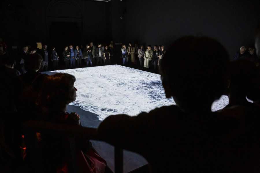 """""""Umbral"""", de Denise Lira-Ratinoff. Exposición """"El Tercer Paisaje"""" en Museo Nacional Bellas Artes, Bienal de Artes Mediales de Santiago, 2019-2020. Foto: Benjamín Matte."""