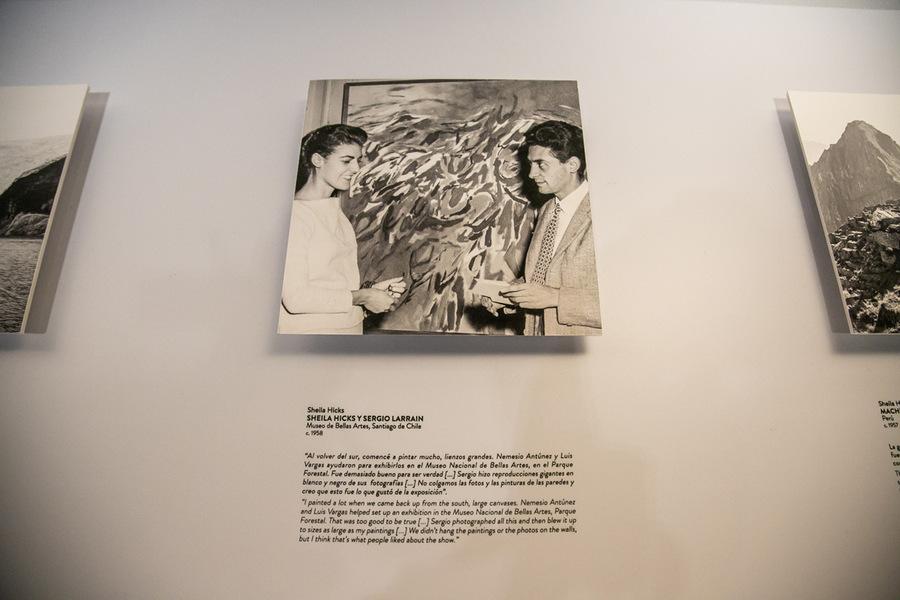 Sheila Hicks y Sergio Larraín en el Museo Nacional de Bellas Artes, Santiago de Chile, ca. 1958. Foto: Julián Ortiz