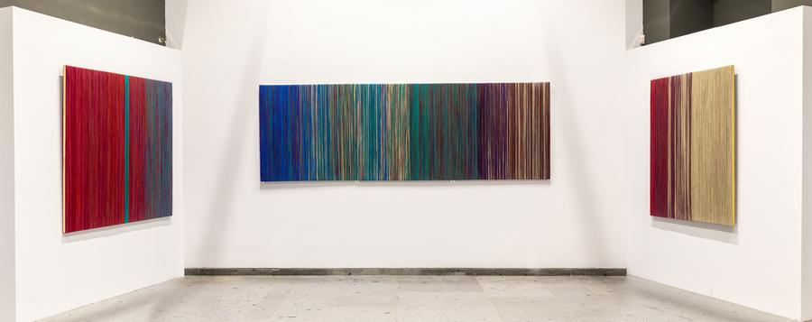 """Vista de la sección """"Ser textil"""", en la muestra de Sheila Hicks, Museo de Arte Precolombino, Santiago de Chile, 2019-2020. Foto: Julián Ortiz."""