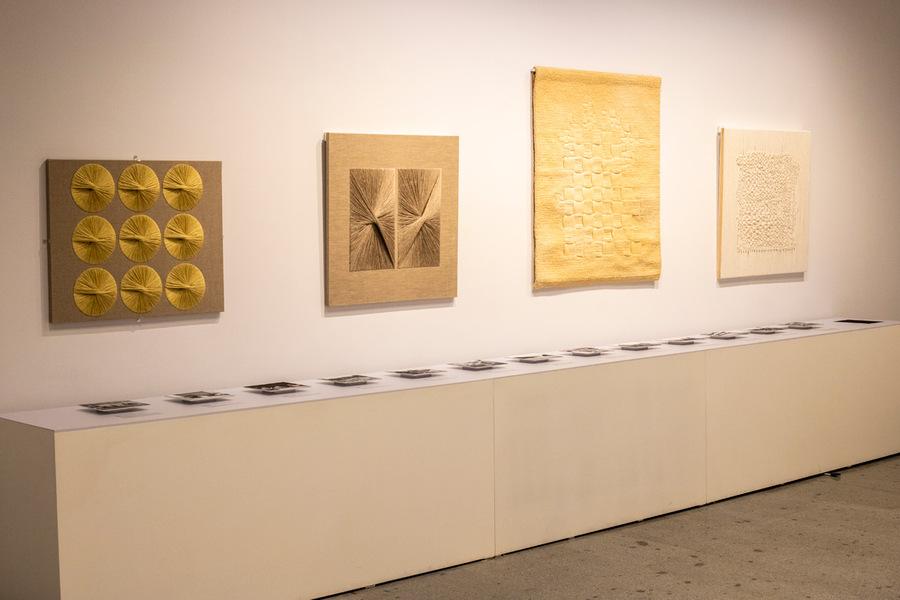 """Vista de la sección """"Analogías compositivas: arquitectura y fotografía"""", en la muestra de Sheila Hicks, Museo de Arte Precolombino, Santiago de Chile, 2019-2020. Foto: Julián Ortiz."""