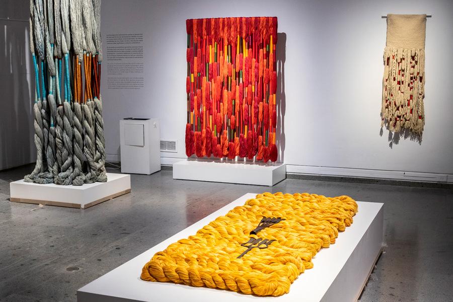 """Vista de la sección """"Hilo, unidad inicial"""", en la muestra de Sheila Hicks, Museo de Arte Precolombino, Santiago de Chile, 2019-2020. Foto: Julián Ortiz."""