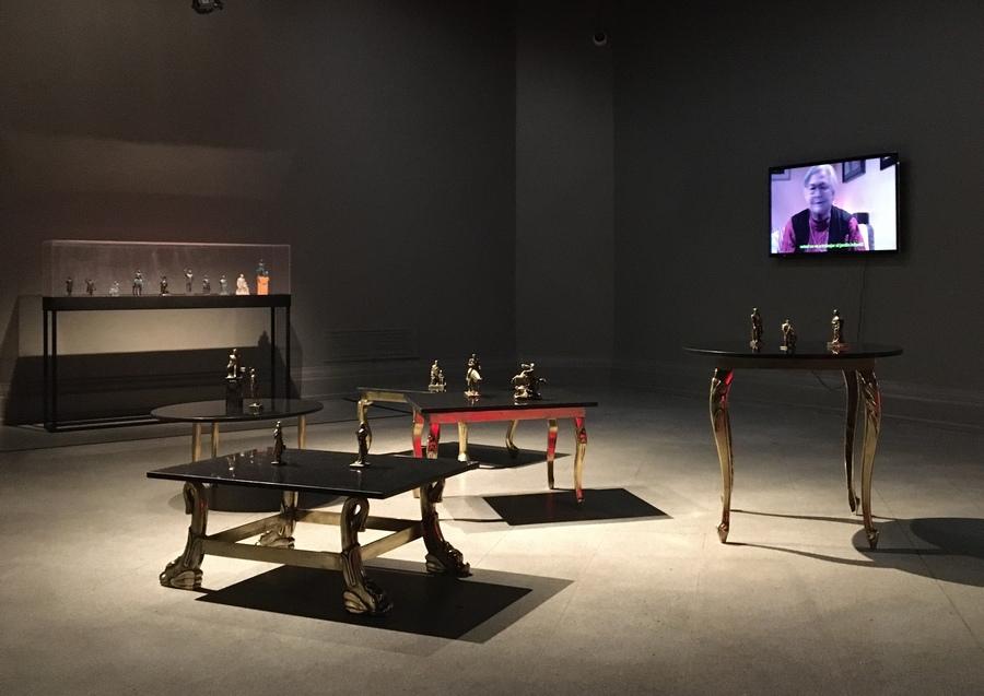 """""""Mesas de centro"""", Luis Montes Rojas (2019). Vista de la exposición """"Contra la razón"""" en el Museo Nacional de Bellas Artes (MNBA), Santiago de Chile, 2019"""