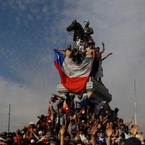 Estatua del Monumento a Baquedano en la Plaza Italia, en Santiago de Chile, renombrada por manifestantes como Plaza de la Dignidad tras el estallido social de octubre de 2019. Autor desconocido (se agradece contactarnos para dar el respectivo crédito)