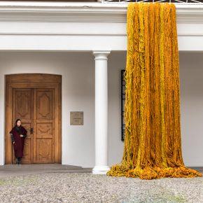 Sheila Hicks, Museo de Arte Precolombino, Santiago de Chile, 2019-2020. Foto: Julián Ortiz.
