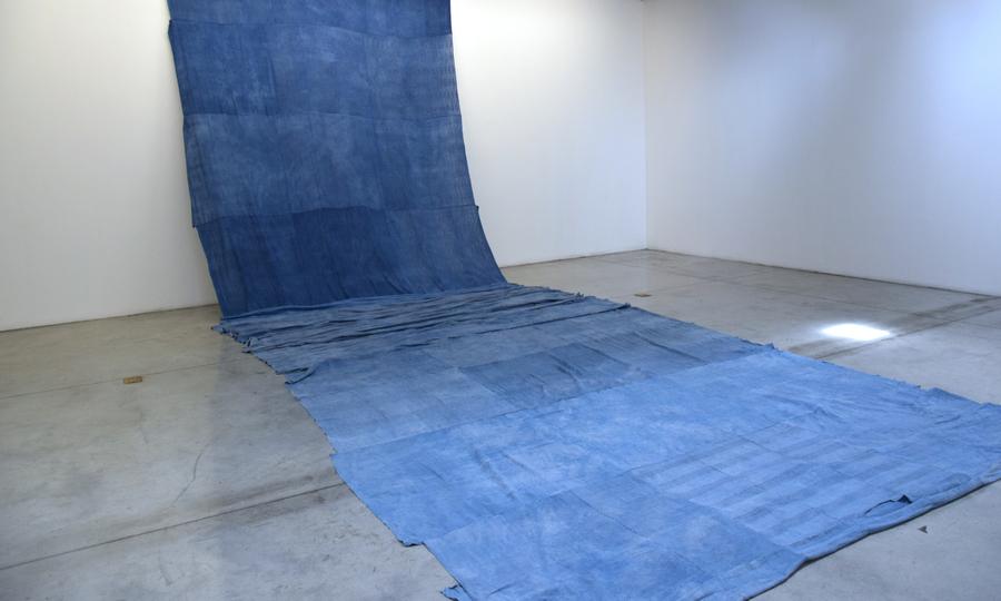 """Vista de la exposición """"Las heridas también pueden teñirse de azul"""", de Sandra Monterroso, en el Centro Cultural de España en Guatemala, 2019. Cortesía de la artista"""
