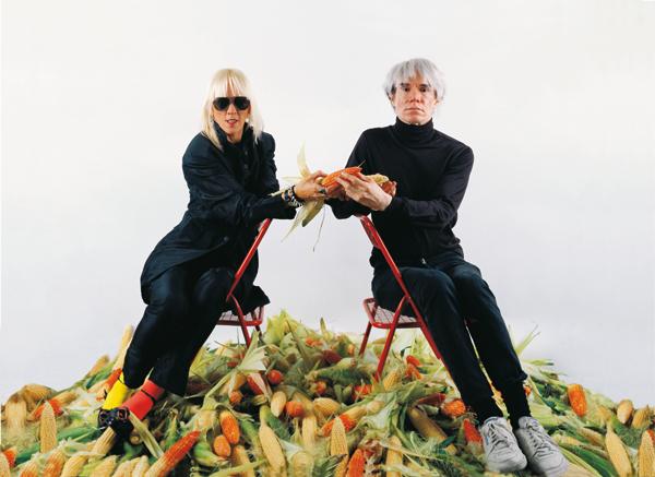 Marta Minujín, El pago de la deuda externa argentina con maíz. El oro latinoamericano, de Marta Minujín a Andy Warhol, 1985. Fotografía a color, 118 x 128 cm. Cortesía de la artista