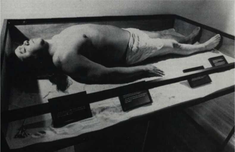James Luna, The Artifact Piece, 1987, fotografía, 81 x 120 x 3,3 cm. Cortesía del artista
