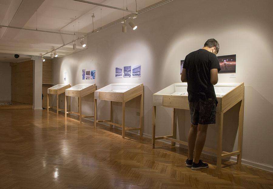 """Vista de la exposición """"Concepción, te devuelvo tu imagen. Arte y política 1972-1991"""", en la Sala David Stitchkin de la Universidad de Concepción, Chile, 2020. Foto: Sebastián Rivas"""