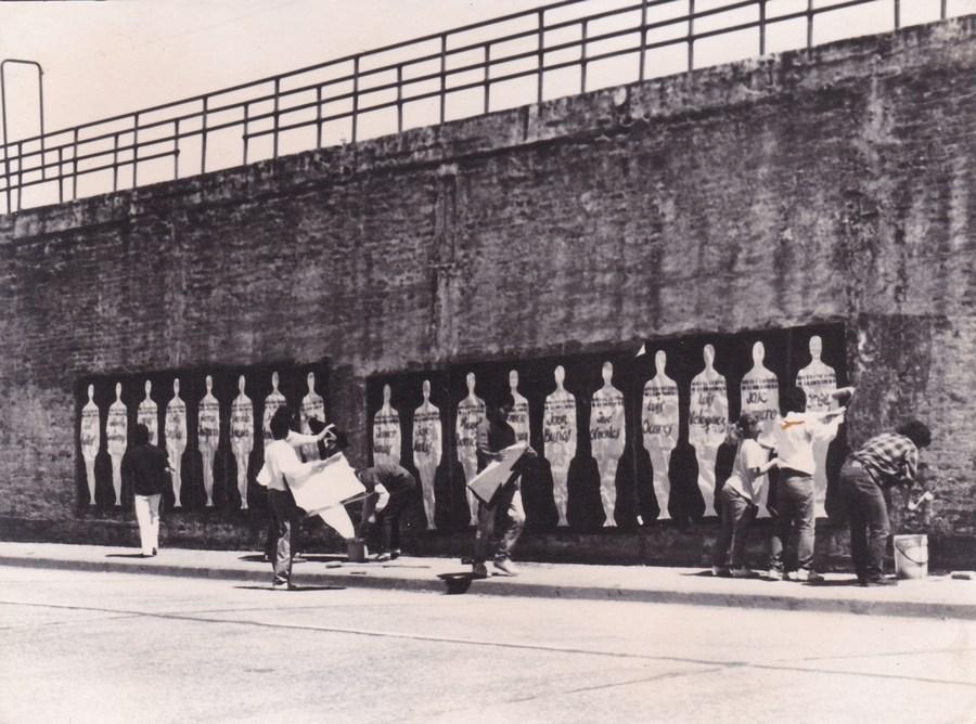 Acción Cárcel, intervención gráfica, diversos artistas (Paola Aste, Miguel Parra, entre otros), afuera de la ex cárcel de Chacabuco 70, Concepción, 1989. (Archivo Ricardo Sepúlveda)