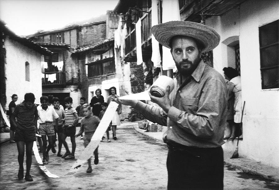 Alberto Greco, Vivo-dito , 1963. Serie de acciones de señalamiento registradas por el artista, realizadas en julio de 1963 en Piedralaves, provincia de Ávila, España. Colección Castagnino+macro. Cortesía: MAMBA