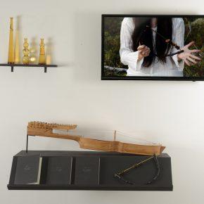 Fernanda López Quilodran, El oscurecimiento de la luz, instalación, objetos, 3 libros de artista, video registro de performance, dimensiones variables. Cortesía de la artista y galería Artespacio