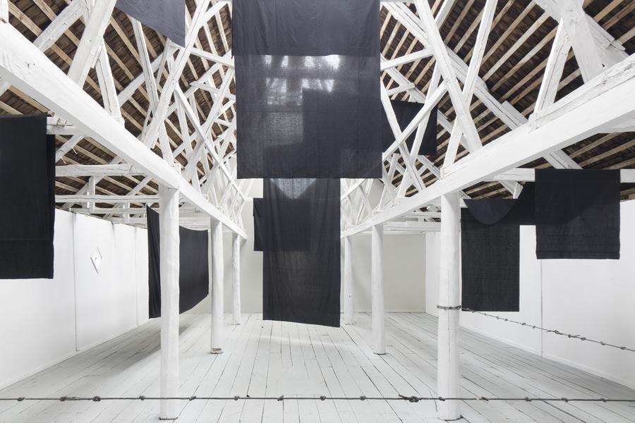 """Hugo Leonello, Estructura y resistencia VII. Vista de la exposición """"Colapso"""" en el MAM Chiloé, Chile, 2020. Cortesía del artista y del museo."""