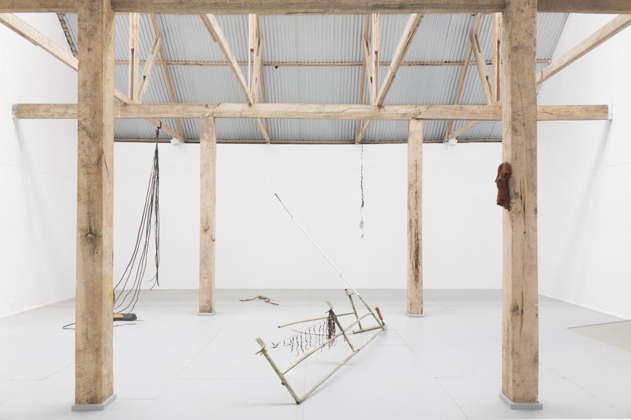 """Nicholás Jackson, El huiro también avanza. Vista de la exposición """"Colapso"""" en el MAM Chiloé, Chile, 2020. Cortesía del artista y del museo."""