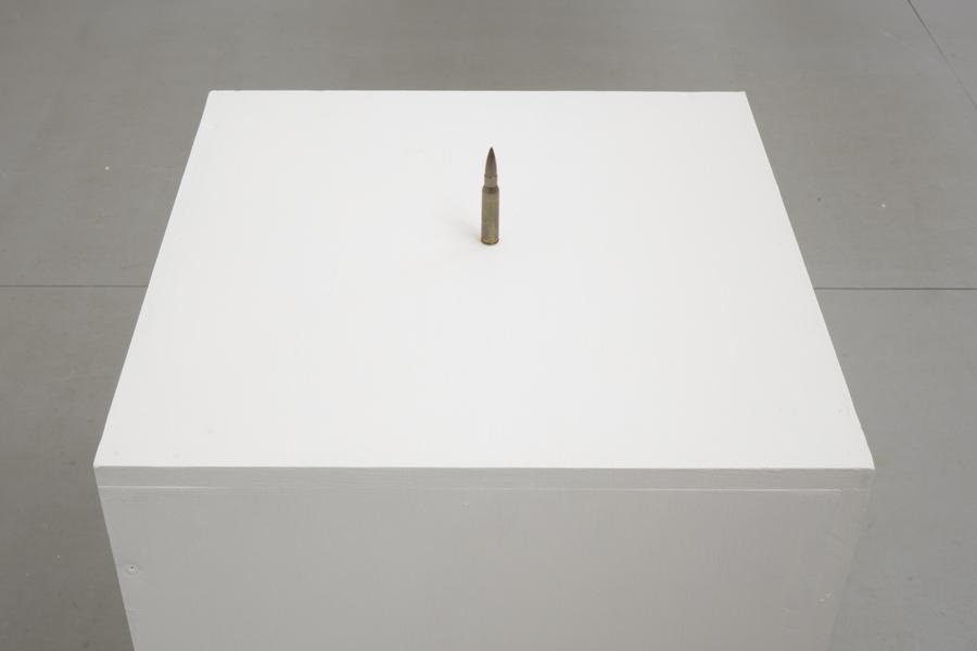 """Joaquín Segura, Una guerra tal que es la de todos contra todos. Vista de la exposición """"Colapso"""" en el MAM Chiloé, Chile, 2020. Cortesía del artista y del museo."""