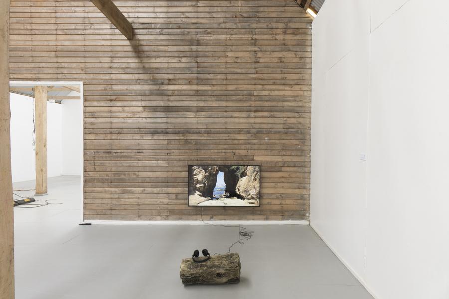 """Carlos Silva, La ventana. Vista de la exposición """"Colapso"""" en el MAM Chiloé, Chile, 2020. Cortesía del artista y del museo."""