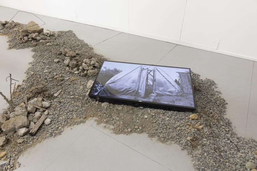 """Angie Saiz, Reflex. Un jardín y otras cosas que atesorar. Vista de la exposición """"Colapso"""" en el MAM Chiloé, Chile, 2020. Cortesía del artista y del museo."""