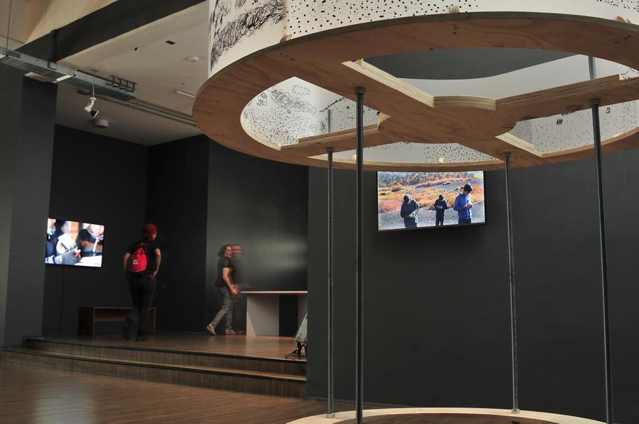 """Vista de la exposición """"La reinvención del territorio"""", de Alicia Villarreal, en el Centro Nacional de Arte Contemporáneo Cerrillos, Santiago de Chile, 2019. Foto: Jorge Brantmayer"""