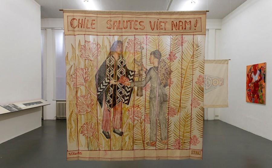 Vista de la exposición retrospectiva de Cecilia Vicuña en Witte de With Center for Contemporary Art, Rotterdam, 2019. Obra: Chile Salutes Vietnam (1975). Foto: Jeroen Lavèn