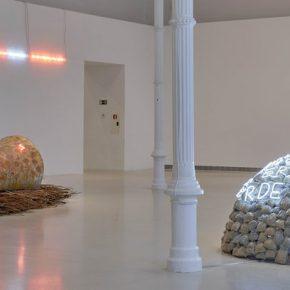"""Vista de la exposición """"El tiempo es mudo"""", de Mario Merz, en el Palacio de Velázquez, Madrid, 2019-2020. Foto: Joaquín Cortés/Román Lores. Archivo Museo Reina Sofía"""