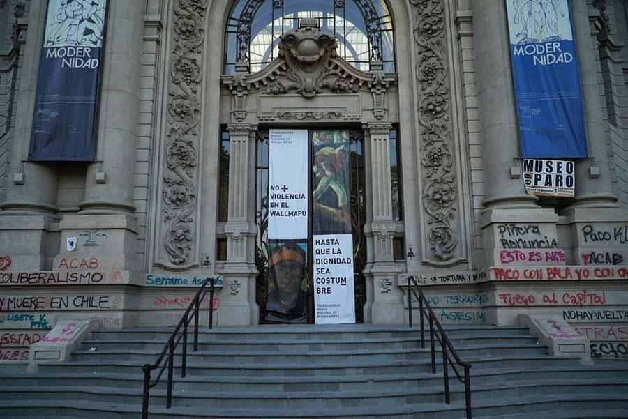Frontis del Museo Nacional de Bellas Artes, Santiago de Chile, 27 de noviembre de 2019. Foto cortesía de Cultura Mapocho