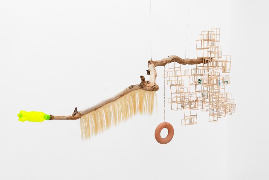 Chino Soria, Rama con cita (hábitat precario-poético-espacial), 2019, ensamblaje, approx. 100 x 200 cm. Foto: Eva Herzog. Cortesía: Cecilia Brunson Projects, Londres