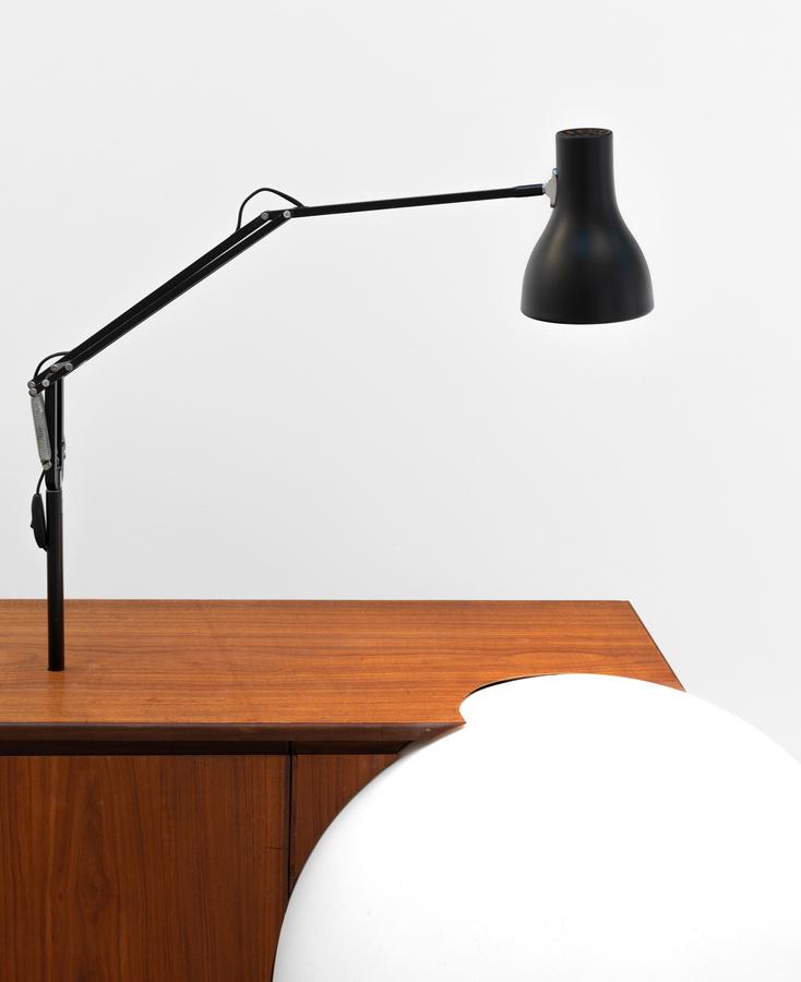 Martín Cordiano, Host, 2020, mueble de madera y yeso, 220 x 80 x 70 cm. Foto: Eva Herzog. Cortesía: Cecilia Brunson Projects, Londres