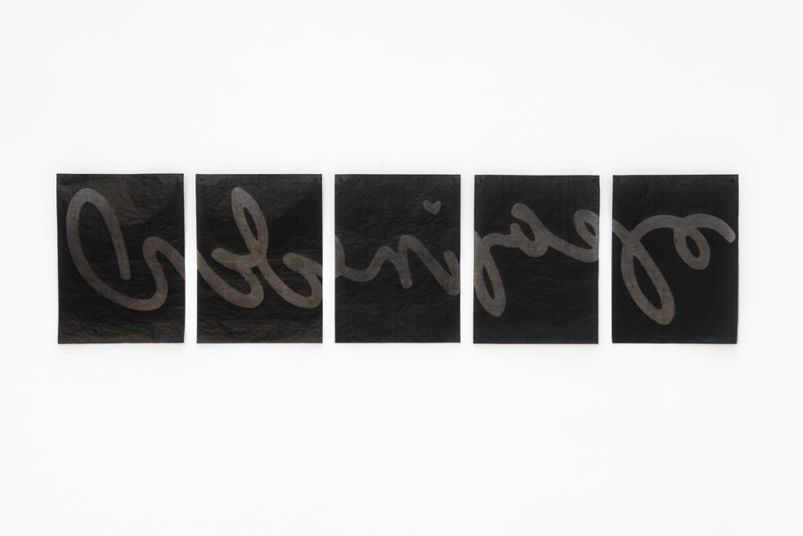 Lizi Sánchez, Nana, 2019, dibujo sobre papel carbónico, 160 x 40 cm (5 hojas). Foto: Eva Herzog. Cortesía: Cecilia Brunson Projects, Londres
