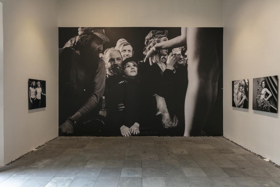 """Susan Meiselas, vista de la exposición """"Carnival Strippers"""", en el Centro de la Imagen, Ciudad de México, 2019-2020."""