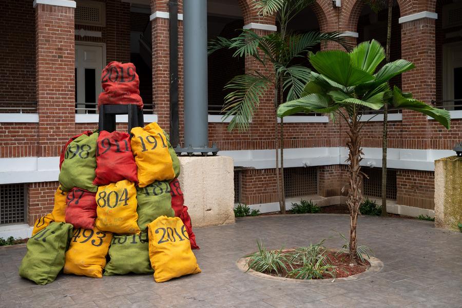 """Daniel Lind Ramos, Talegas de la memoria, 2020. Colección MAC. """"Comunidades de Conocimiento"""", cierre del evento """"De Loíza a la Loíza"""", 25 de enero, 2020, MAC, Puerto Rico. Foto: Antonio Ramírez"""