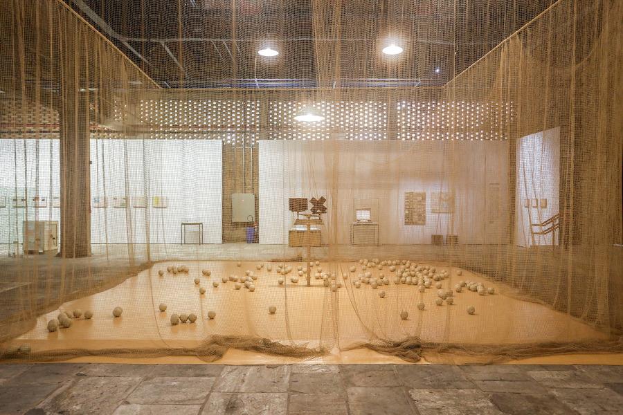 "Vista de la exposición ""Entrevendo"", de CIldo Meireles, en Sesc Pompeia, Sao Paulo, 2019-2010. Foto: Carol Mendonça"