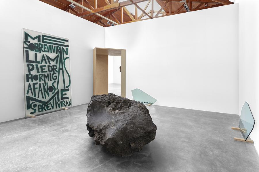 Minerva Cuevas, Relation Stone, 2020, Tezontle y esmalte sobre vidrio; El fuego y las piedras, 2020, esmalte sobre vidrio. Cortesía: kurimanzutto