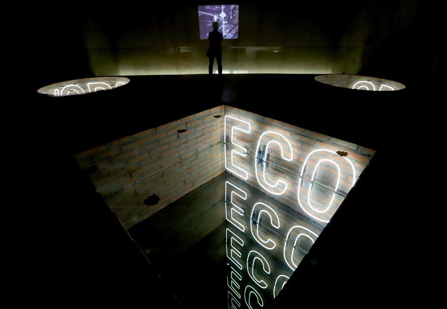"""Vista de la exposición """"Bifocal"""", de Iván Navarro, en el MACBA, 2020. Cortesía del museo"""