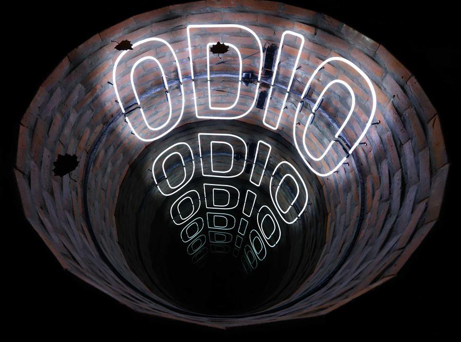 Iván Navarro, Odio, luz de neón, espejo espía, ladrillos y energía eléctrica, 189 de diámetro x 52,5 cm. Foto: MACBA