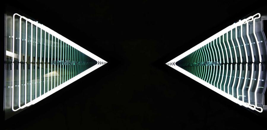 Iván Navarro, Rhyme, Rival (Jumeirah Emirates Tower), neón, madera, pintura, espejo, espejo espía, plexiglás, y energía eléctrica. Foto: MACBA
