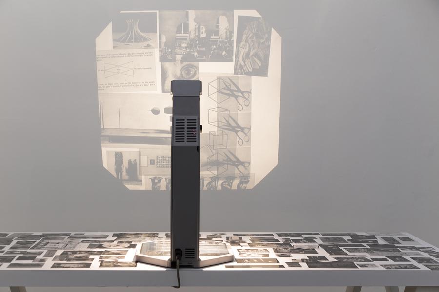 Jorge de la Garza, Mesa para búsquedas ciegas y contemplación heurística, 2019. Instalación. Tablón, caballetes, retroproyector y acetatos impresos. Cortesía del artista.