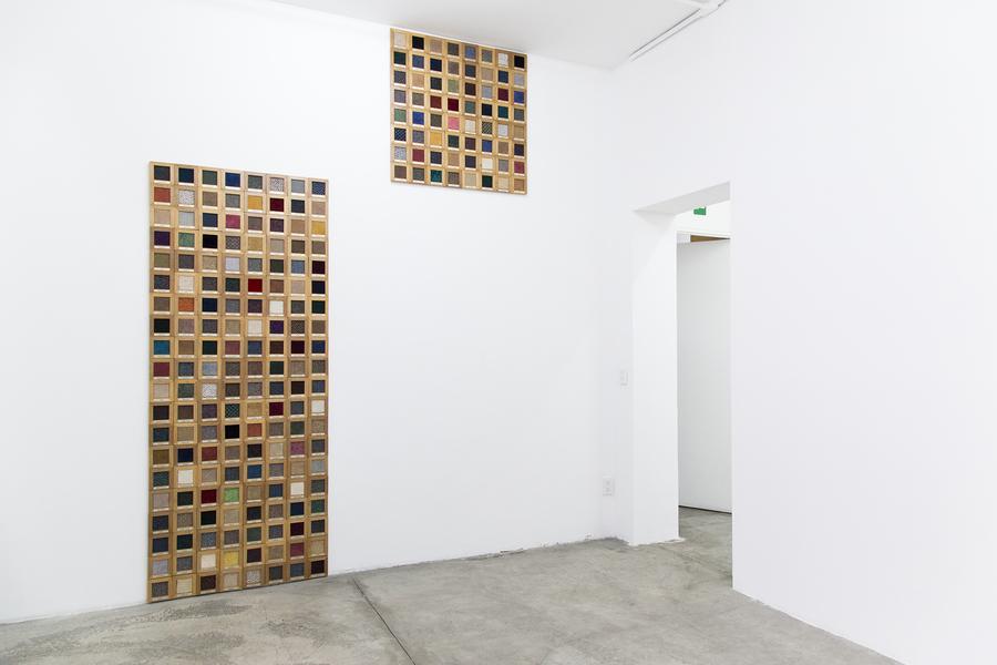 Sofía Táboas, Spectrum, 1993. Alfombra, madera y placa de metal grabado, 224 piezas. Colección ESPAC.