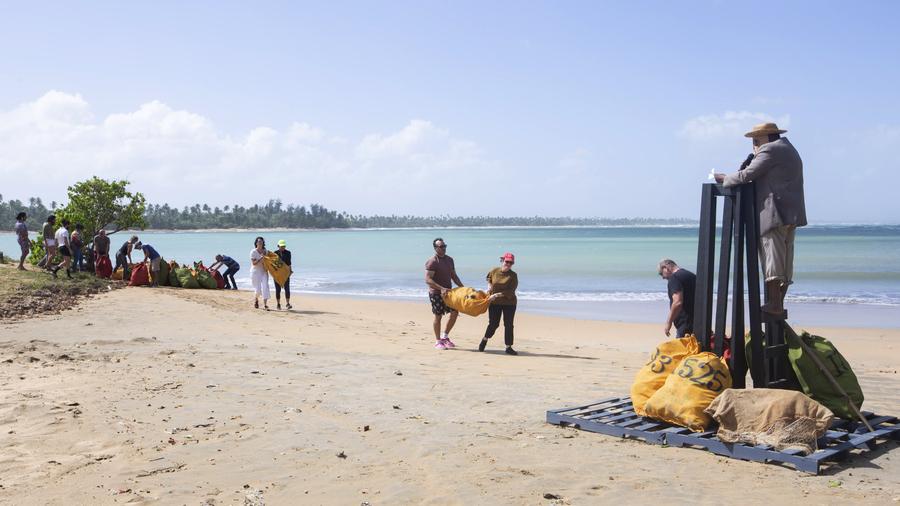 Talegas de la memoria, de Daniel Lind Ramos, playa Vacía Talega, Loíza, Puerto Rico, 11 de enero, 2020. Foto: Raquel Pérez Puig