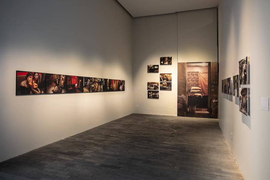 """Vista de la exposición """"Welcome to Lipstick"""", de Maya Goded, en el centro de la Imagen, Ciudad de México, 2019-2020"""