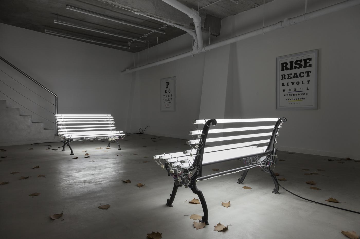 Iván Navarro & Courtney Smith, Streetlamp I y II, pie de banco de fierro fundido, tubo fluorescente y energía eléctrica, 2019. Cortesía: Revolver Galería, Buenos Aires