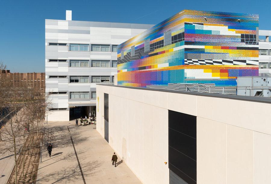 Felipe Pantone, mosaico para la Facultad de Bellas Artes de la Universidad Politécnia of Valencia (UPV), 500.000 piezas de mosaico, 330 m2. Cortesía del artista
