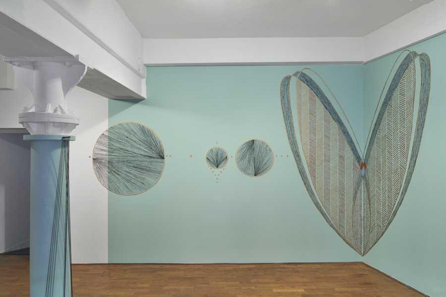 "Johanna Unzueta, Nocturnal, 2020. Vista de la exposición ""Tools for Life"", Modern Art Oxford. Foto: Ben Westoby."