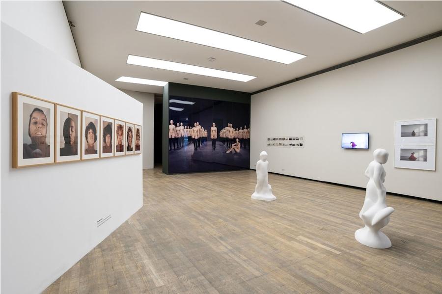 "Vista de la exposición ""Crear mundos"", con obras de Ana Mendieta, Vanessa Beecroft, Elba Bairon. Foto: Fundación Proa"