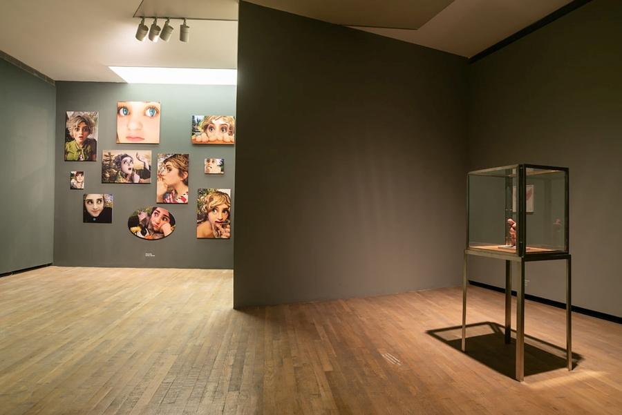 "Vista de la exposición ""Crear mundos"", con obras de Flavia Da Rin (al fondo) y Louise Bourgeois (frente). Foto: Fundación Proa"