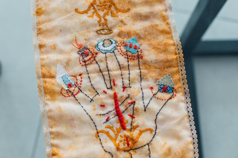Erika Ewel, La mano poderosa, 2020, bordado a mano sobre servilleta teñida, 31 x 23 cm. Foto: Michael Dunn Cáceres